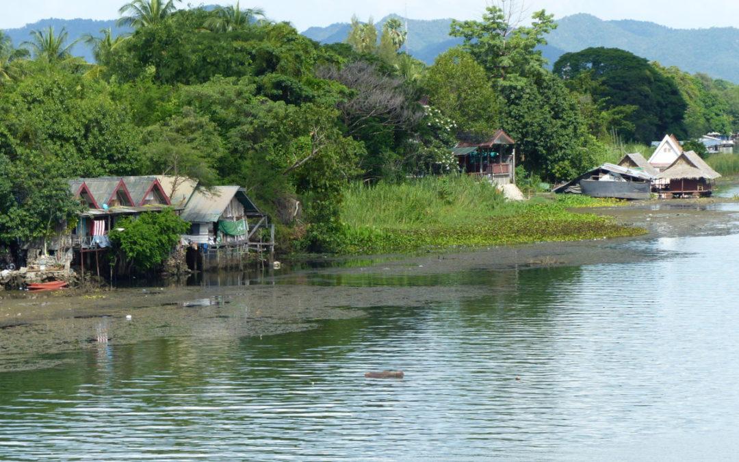 23 obydlí na řece